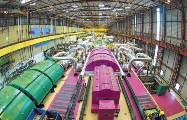 La salle des turbines où EDF remplace le générateur de vapeur et l'alternateur pour rajeunir la centrale.