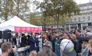 Paris, le 5 octobre 2014. Plusieurs centaines de manifestants célèbrent «la diversité des familles», place de la République.