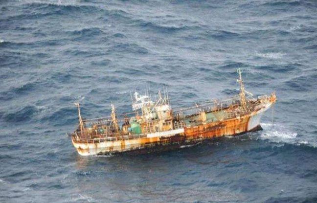 Un bateau de pêche japonais, emporté par le tsunami du 11 mars 2011, s'approche des côtes canadiennes, le 20 mars 2012.