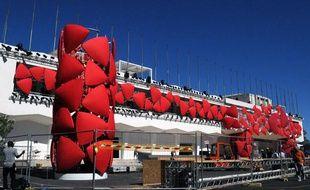 Derniers préparatifs à l'entrée du Lido avant l'ouverture de la 69e Mostra de Venise le 29 août 2012.