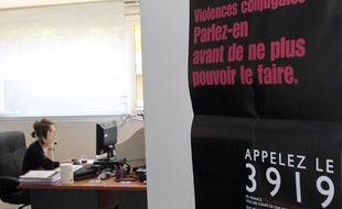 Une écoutante de la plate-forme téléphonique du 3919,  numéro d'appel unique destiné aux femmes victimes de violences  conjugales s'entretient avec une personne au téléphone, à  Paris, le 20 mai 2010.