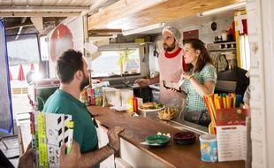 David Mora (Fabien) et Anna-Elisabeth Blateau (Emma) sont en charge d'un snack de plage