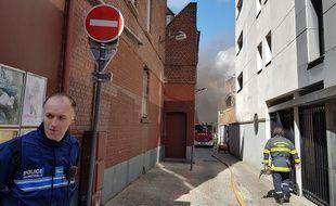 Les pompiers interviennent sur un incendie dans un parking à Lille.