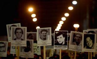 Marche silencieuse en mémoire des victimes du Plan Condor, un système d'élimination d'opposants aux dictatures d'Amérique du Sud dans les années 1970 et 1980, le 21 mars à Montevideo