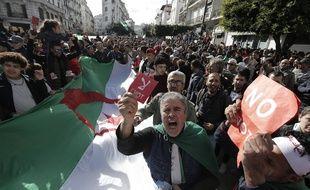 Des milliers d'Algériens ont manifesté contre l'élection présidentielle le 12 décembre 2019.