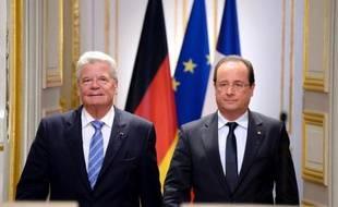 Les présidents français et allemand François Hollande et Joachim Gauck sont arrivés peu après 14H30 mercredi au village martyr d'Oradour-sur-Glane (Haute-Vienne), avec un premier geste très symbolique, leurs mains étreignant celles d'un rescapé du massacre.