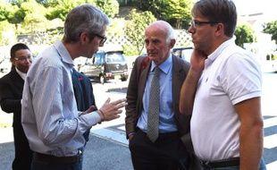 Le professeur Gérard Saillant (c) et Morgan Caron, directeur technique national de la FFSA (d), à leur arrivée à l'hôpital Mie, le 7 octobre 2014 à Yokkaichi, au Japon