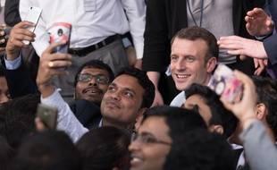 Emmanuel Macron avec des étudiants indiens, à New Delhi, le 10 mars 2018.