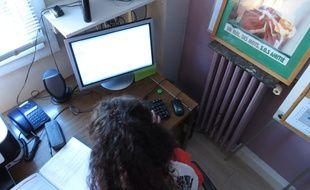 Paris, le 08 septembre 2014. Une bénévole de l'association SOS Amitié vient en aide aux jeunes en détresse via un chat en ligne.