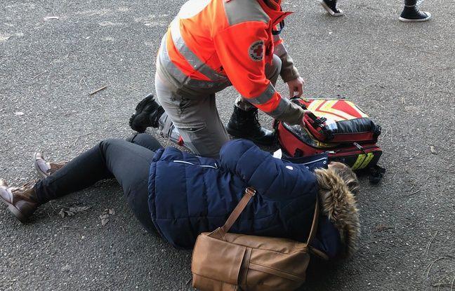 Des premières victimes, légèrement touchées, ont pu sortir du stade. Elles sont soignées à proximité du stade.