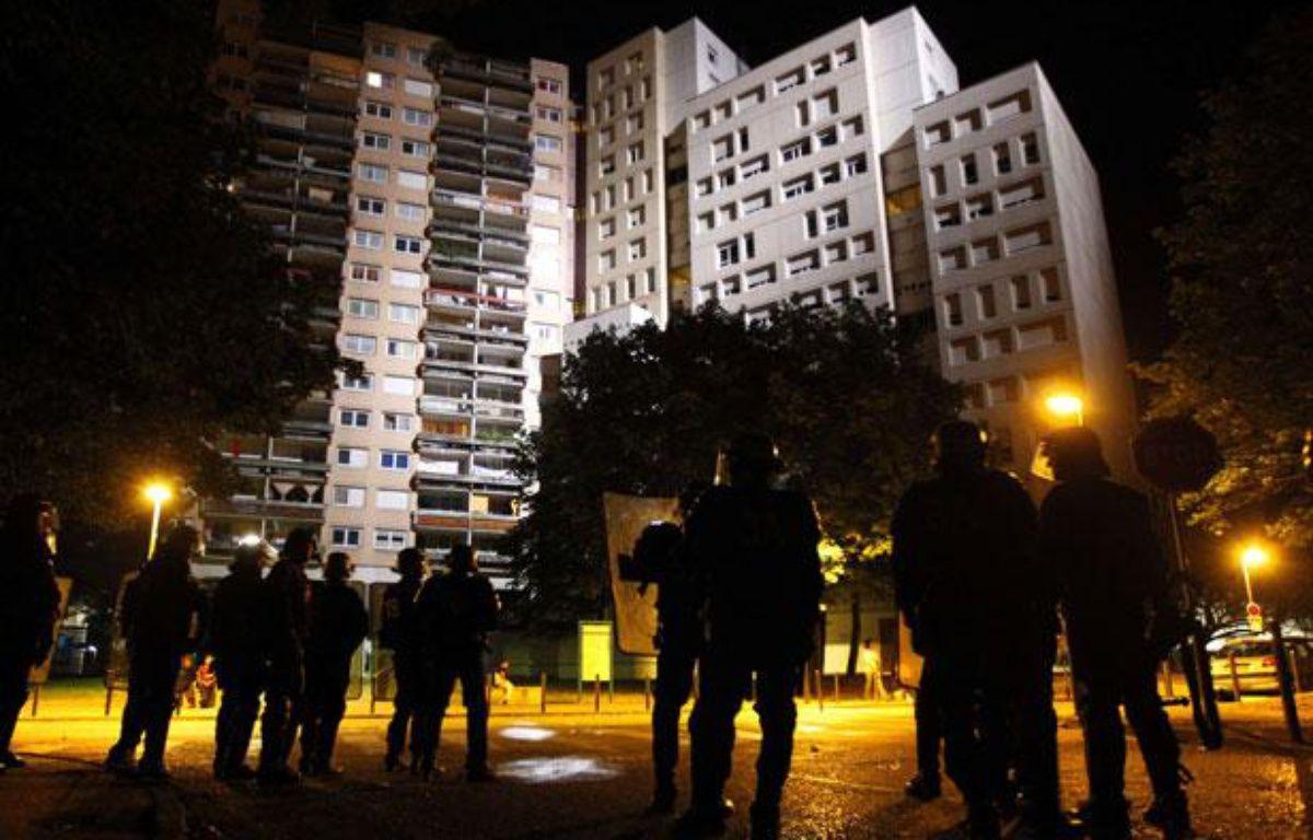 Des policiers dans le quartier de la Villeneuve (Grenoble), le 18 juillet 2010. – LAURENT CIPRIANI/AP/SIPA