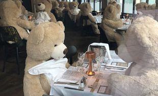 Privée de clients, la brasserie La Parisienne à Rennes accueille des ours en peluche géants à sa table.
