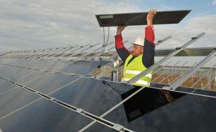 Un technicien installe des panneaux solaires à Crucey-Villages (Eure-et-Loire), le 10 novembre 2011