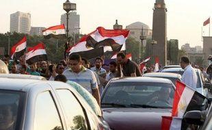 Le président élu égyptien Mohamed Morsi, issu des Frères musulmans, était attendu vendredi en fin d'après-midi sur la place Tahrir au Caire où il doit prendre la parole, avant de prêter serment samedi pour entamer un mandat sous haute surveillance des militaires.