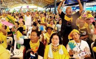 """La Cour d'Appel en Thaïlande a ordonné jeudi l'abandon des poursuites pour """"insurrection"""" contre les neuf leaders d'un mouvement visant à renverser le gouvernement, 48 heures après les pires violences de rue à Bangkok depuis 16 ans."""