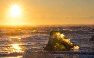 Illustration: glacier au soleil en Islande, décembre 2014.