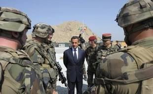 """Nicolas Sarkozy juge """"totalement irresponsable et même dangereuse"""" la promesse de François Hollande de retirer à la fin 2012 les troupes françaises d'Afghanistan, qualifiant un tel retrait de """"déshonneur"""", dans un entretien à la revue L'Essentiel des relations internationales."""