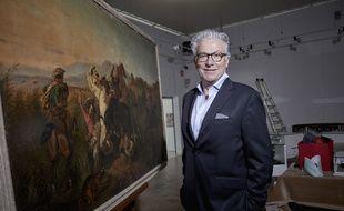 Jack-Philippe Ruellan, Commissaire-Priseur à Vannes, devant un tableau de Raden Saleh vendu à 7,2 M€