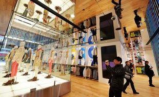 La marque nippone de vêtements Uniqlo a ouvert vendredi son plus grand magasin au monde à Tokyo, au coeur du quartier de boutiques de luxe de Ginza, un navire amiral symbolisant sa volonté d'expansion planétaire.