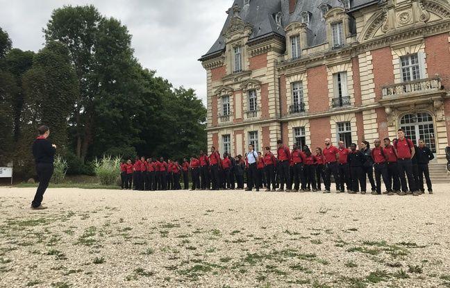 En rangs serrés et garde-à-vous, les volontaires se rassemblent deux fois par jour au pied du château.