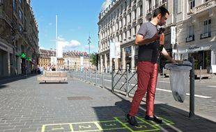 La mairie de Lille a fait peindre sur les trottoirs une quinzaine de pochoirs ludiques pour inciter les personnes a jeter leurs déchets dans les poubelles.