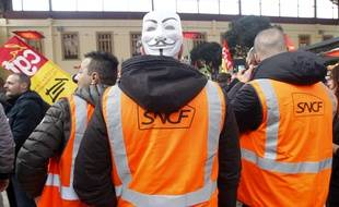 Des cheminots SNCF en grève à la gare Saint-Charles de Marseille.
