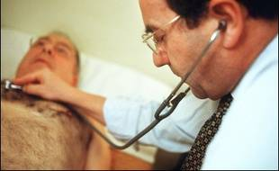 """Le ministre de la Santé Xavier Bertrand a déclaré lundi que les médecins et l'assurance maladie étaient passés """"très près d'un accord dans la nuit de vendredi à samedi"""" et qu'ils devaient """"très vite se remettre autour de la table""""."""