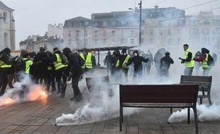 Jets de lacrymogènes lors d'une manifestation de «gilets jaunes» au Mans.