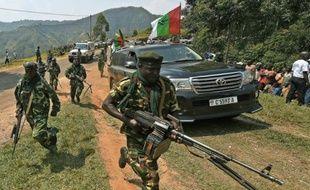 Des militaires escortent le convoi présidentiel, avant un meeting du parti au pouvoir à Cibitoke, le 17 juillet 2015