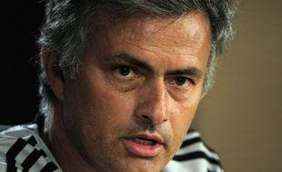 L'entraîneur portugais du Real Madrid José Mourinho a prolongé jusqu'au 30 juin 2016 son contrat avec le club, a annoncé mardi le club Champion d'Espagne, mettant un terme aux rumeurs sur un départ pour l'Angleterre.