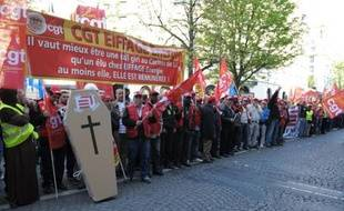 """Plusieurs centaines de salariés du groupe Eiffage se sont rassemblés mercredi, en marge de l'assemblée des actionnaires à Paris, pour protester contre des salaires """"misérables"""", la dégradation des conditions de travail et la sous-traitance """"abusive"""" dans le groupe de BTP."""