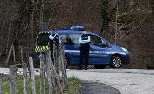 Des gendarmes bloquaient le 29 mars le Col de Marocaz, près de la ville de Cruet, où Nordahl Lelandais est suspecté d'avoir tué le caporal Arthur Noyer.