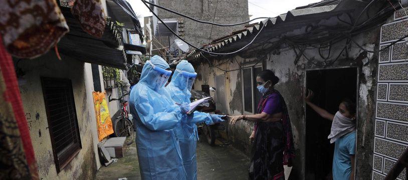 Des tests, pour limiter la propagation du coronavirus, effectués dans un bidonville de Bombay le 11 juillet 2020.