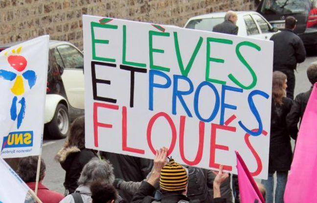Des personnes défilent à l'appel de trois syndicats de fonctionnaires de l'Etat et de la Fonction publique territoriale (CGT, Solidaires, FSU), le 21 janvier 2010 à Paris, lors d'une manifestation dans le cadre de la journée de mobilisation de la fonction publique.