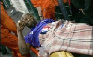 L'attaquant de l'équipe de France de football Djibril Cissé est sorti du terrain sur une civière à la 13e minute du match amical contre la Chine, mercredi à Saint-Etienne, touché à la jambe droite dans un choc avec Zheng Zhi, qui luttait avec lui pour le ballon.