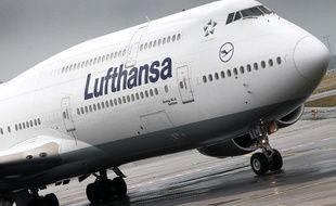 Un avion de la Lufthansa sur le tarmac de Francfort en Allemagne.