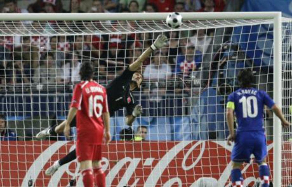 A la 83e, coup franc pleine lucarne de Srna. Le gardien turc sort le ballon en pleine extension. Rustu réalise l'arrêt du match, dans le temps réglementaire. – REUTERS/Michael Dalder