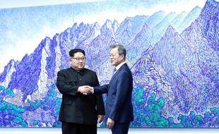 Le dirigeant nord-coréen Kim Jong Un et le président sud-coréen Moon Jae-in tenaient vendredi 27 avril 2018 un sommet historique après une poignée de main hautement symbolique sur la Ligne de démarcation militaire qui divise la péninsule.