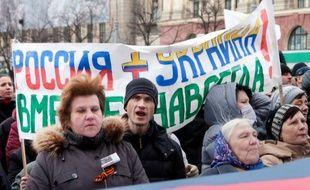 """Manifestants pro-russes à Kharkiv devant une banderole """"Russie et Ukraine sont unies à jamais"""", le 16 mars 2014"""
