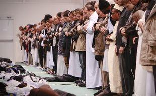 Des musulmans pendant leur prière (Illustration).