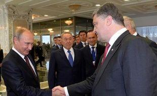 Le président russe Vladimir Poutine serre la main de son homologue ukrainien Petro Poroshenko, lors d'un sommet à Minsk, le 26 août 2014