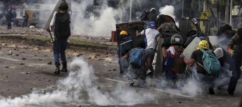 Une violente manifestation contre la réforme fiscale en Colombie, à Cali le 3 mai 2021.