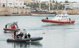 Des équipes de secours et de recherche dans le port de Lampedusa, le 7 octobre 2013