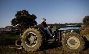 """""""Un agriculteur ça n'a jamais faim"""", s'exclame avec fierté le jeune César Teixeira en cueillant des citrons sur les hauteurs d'Amarante, région du nord du Portugal où, en réponse à la crise, ils sont de plus en plus nombreux à produire fruits, légumes et surtout des champignons."""