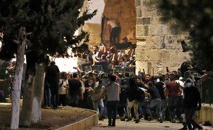 Des Palestiniens font face aux forces de sécurité israéliennes sur l'esplanade de la mosquée Al-Aqsa, à Jérusalem, le 10 mai 2021