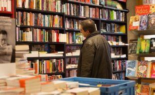 Un client dans la librairie Mollat de Bordeaux (illustration).