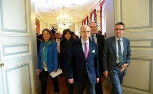 Le ministre de l'Intérieur Bernard Cazeneuve (C), la ministre de l'Ecologie Ségolène Royal (G), la maire de Paris Anne Hidalgo (2eG), le président du conseil régional d'Ile-de-France Jean-Paul Huchon (2eD) et le président du Conseil général de Seine-Saint-Denis Stéphane Troussel (D), le 25 novembre 2015 à Paris