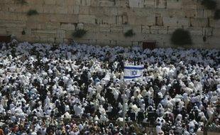 """Des hommes juifs se pressent devant le mur des Lamentations pour recevoir la traditionnelle """"bénédiction des prêtres"""" dans la Vieille ville de Jérusalem, le 25 avril 2016"""