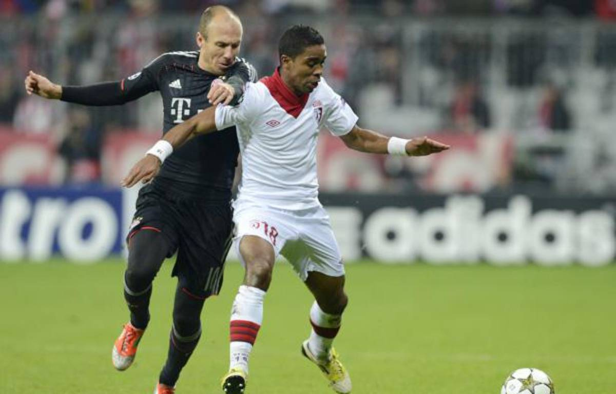 Arjen Robben et Franck Beria lors du match de Ligue des champions Bayern Munich-Lille (LOSC), le 7 novembre 2012.  – CHRISTOF STACHE / AFP