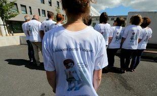 Rassemblement d'amis de Vincent Lambert et de membres d'un collectif devant le CHU de Reims, le 27 juin 2015